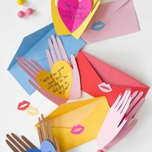 bastelideen muttertag geschenkideen muttertagskarten hände halten kleine deko herzen