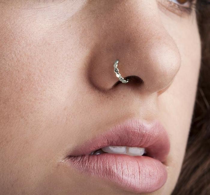 bild nahaufnahme gesicht dame braune haare dezenter gesichtsschmuck inspo nasenring piercing silber blass rosa lippenstift