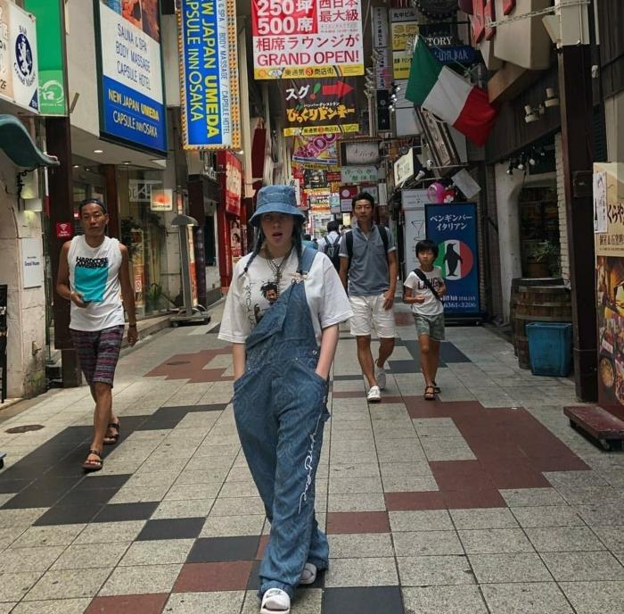 billie eilish style jeans fischerhut weißes weites t shirt street style inspo instagram baddie ideen