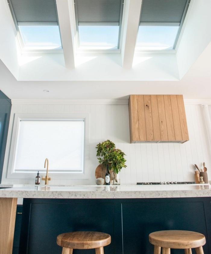 blau weiße küche mit fenster inspiration dachfenster austauschen holz akzente moderne inneneinrichtung inspiration ideen