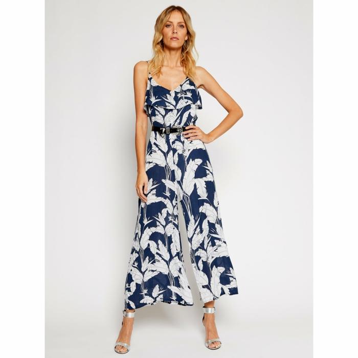 blau weißer overall florale motive modetrends sommer 2021 inspiration modernes lässiges outfit