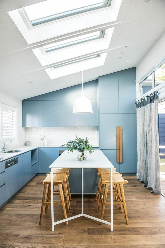 blaue küche mit insel dachfenster austauschen informationen stühle aus holz moderne inneneinrichtung inspo ideen holzboden