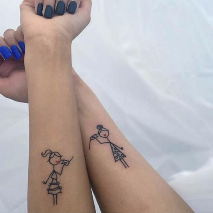 blaue maniküre mama tochter tattoo mädchen figuren mit becher telefon kreative inspiration tattoos