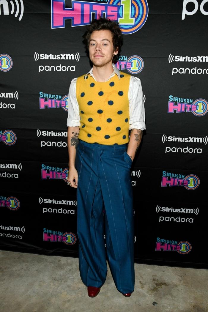 blaue schlabberhosen weißes hemd gelbe weste mit polka dots harry styles style inspiration