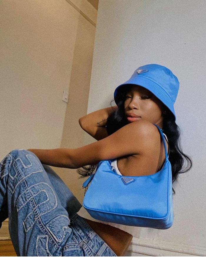 blauer fischerhut baddie aesthetic outfits sehr weite jeans xxl blaue fendi tasche mini lange schwarze haare gewellt