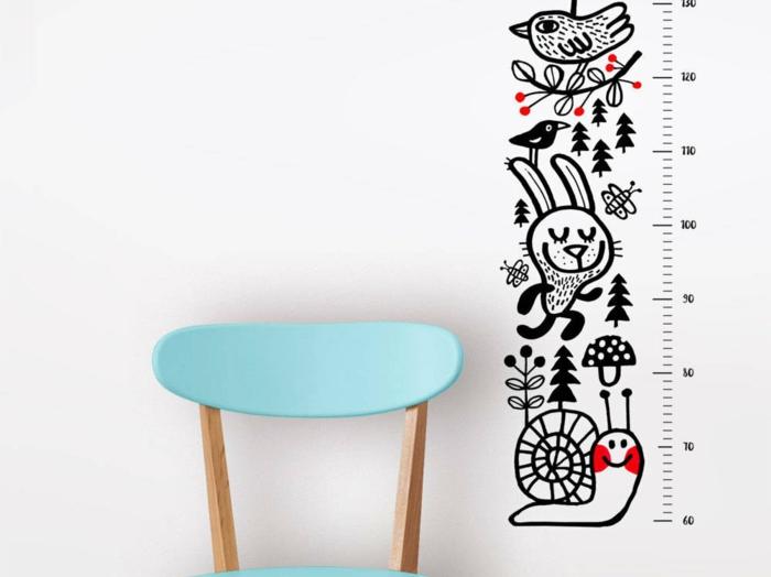 blauer stuhl holz messlatte kinder wandtattoo schwarz weiß mit tieren schnecke hase vogel einrichtung zimmer kinder