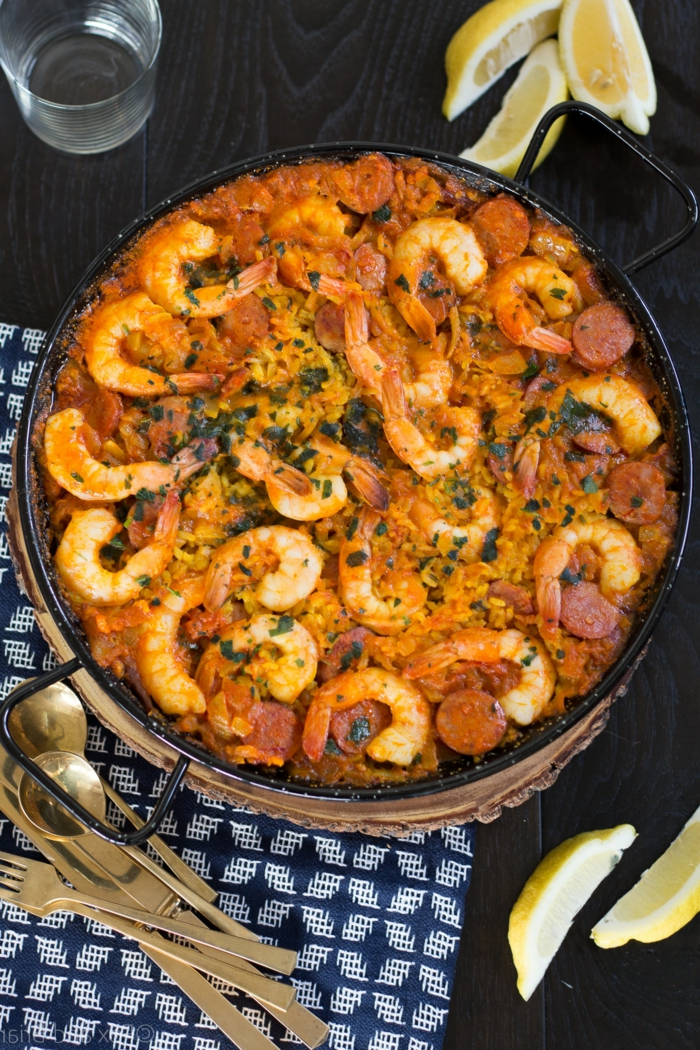 blaues tuch geschnittene zitronen mallorquinische paella rezept mit meeresfrüchten garnellen und fleisch