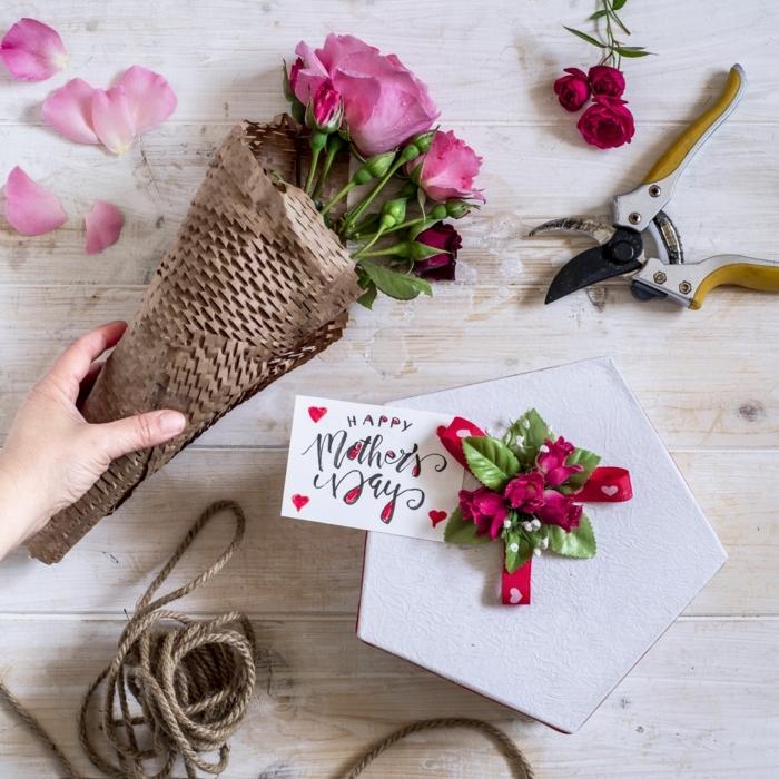 blumenstrauß pinke rosen muttertagsgeschneke selber machen schön eingepacktes geschenk