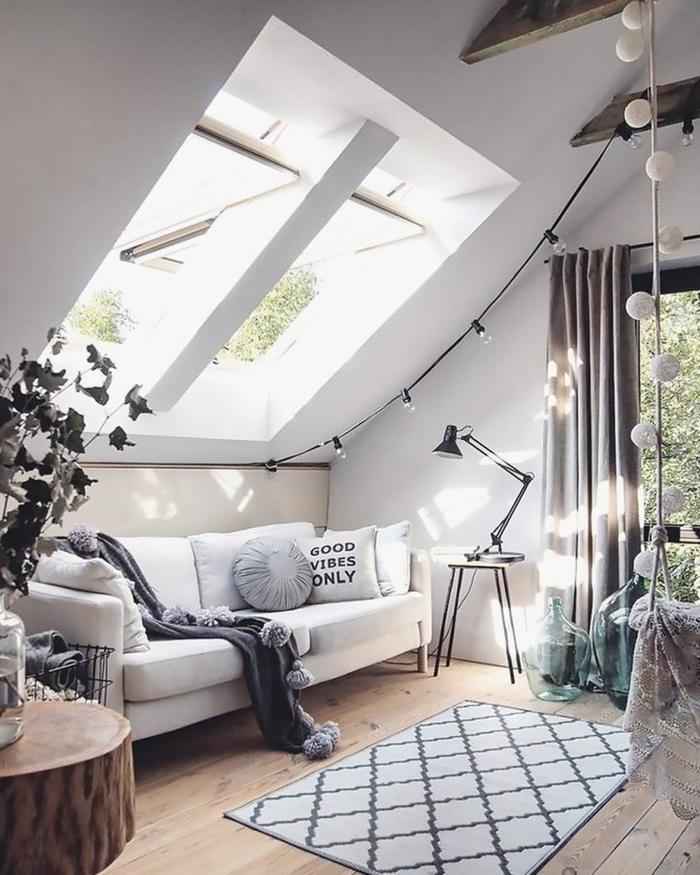 boho chic einrichtung teenager zimmer weißes sofa mit kissen velux austauschfenster kleine schwarze lampe moderne dekoration inspo