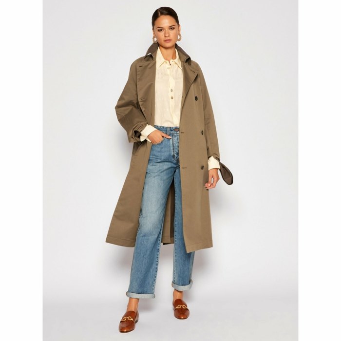 brauner trenchcoat victoria beckham casual style modernes outfit inspiration oversized jeans braune sandalen