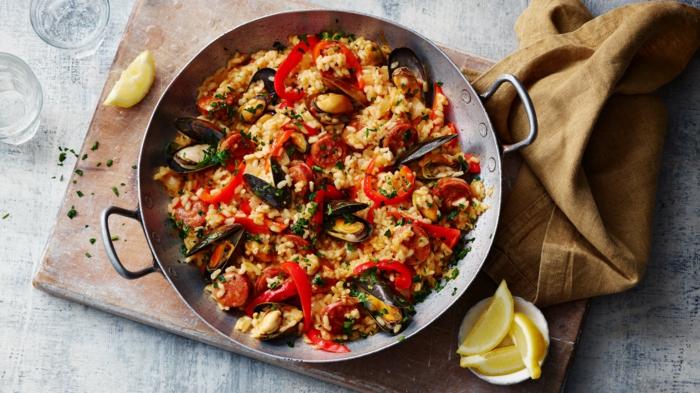 braunes tuch hänchen paella mit gemüse gesunde ernährung klassische spanische gerichte mittagessen