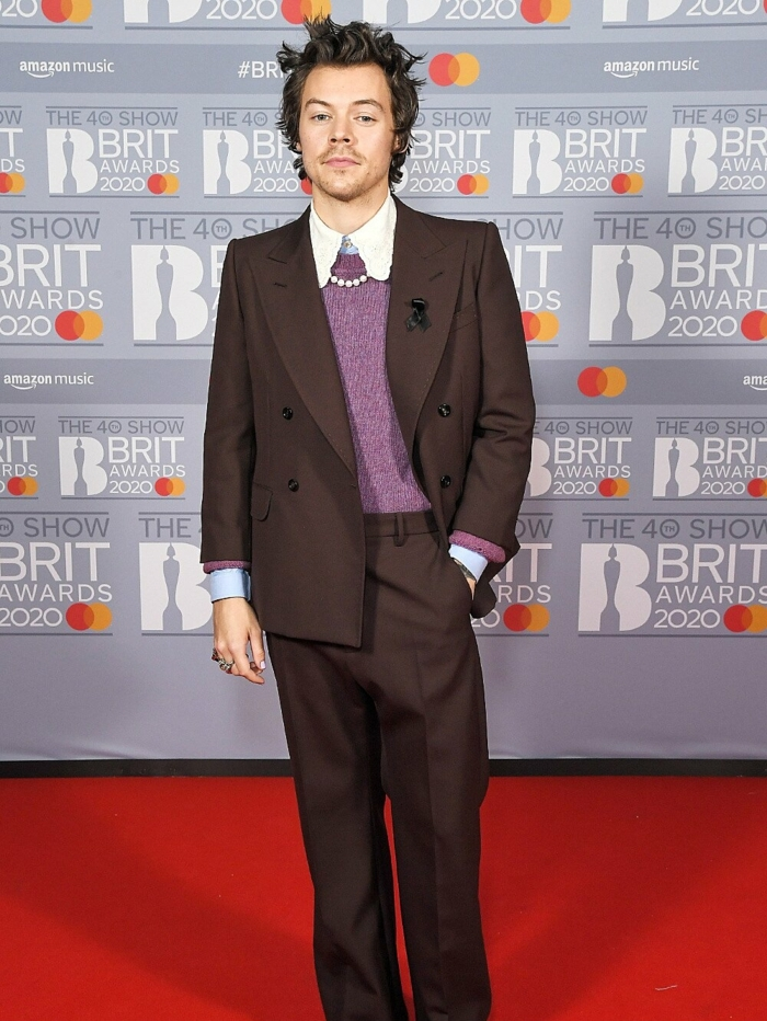 brit-awards-2020-harry-style-style-inspo-eleganter-anzug-lila-bluse-weißes-hemd-perlen-kette-Photo-by-Anthony-Harvey-Shutterstock