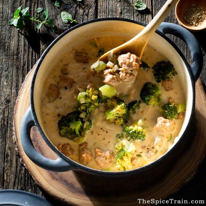 brokkoli wurst suppe rezepte für dutch oven leckere gerichte abendessen ideen großer löffel aus holz runder schneidebrett
