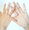 bunte maniküre inspo pinker und blauer nagellack mama tochter tattoo minimalistisches herz am ringfinger silbernes armband