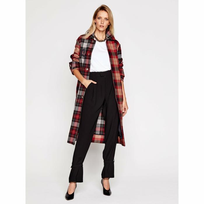 bunter mantel tommy hilfiger modetrends frühjahr 2021 elegante schwarze hose mit schwarzen pumps weiße bluse