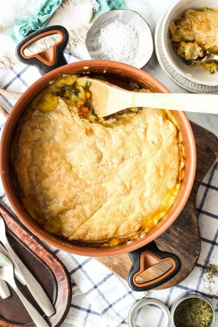 chicken pot pie rezepte dutch oven gerichte weißes tuch mit schwarzen linien löffel aus holz