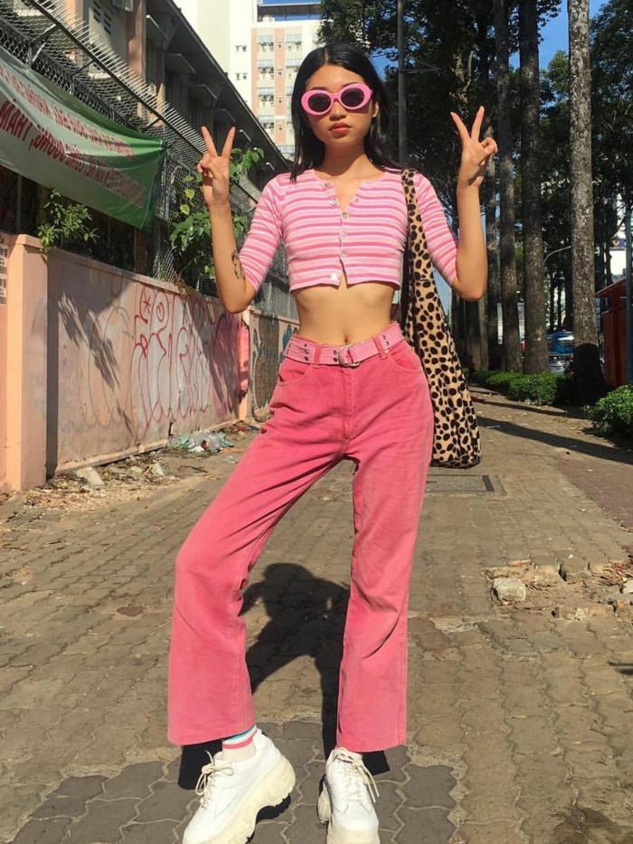 cooles pinkes outfit rosa crop top weiße sneakers baddie aesthetic inspo street style fotografie pinke sonnenbrillen