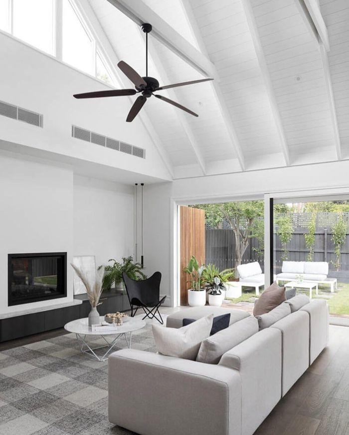 decken deko wohnzimmer mit hoher zimmerdecke einrichtung in weiß skandinavisch wohnung