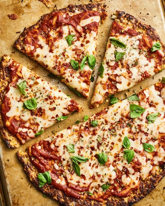 ein holzbrett eine blumenkohl pizza mit käse und petersilie und tomaten
