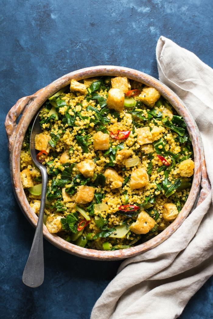 ein löffel und ein teller mit salat mit kohlrabi gerichte mit kohlrabi rezepte