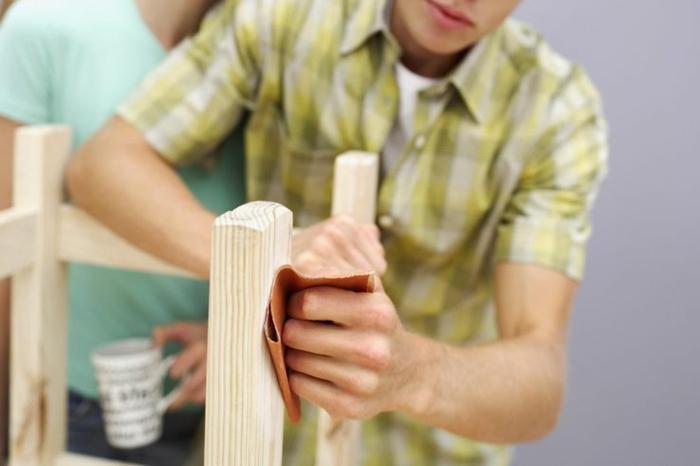 ein mann holz schleifen schleifpapier