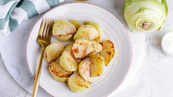 eine abel und ein weißer teller mit gebratenen kohlrabikohlrabi kochen