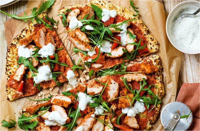 eine blumenkohl pizza mit tomaten und basilikum gerichte mit blumenkohl