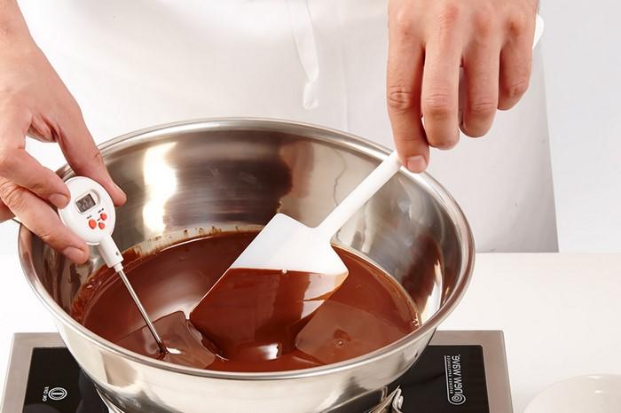 einfaches 3 gänge menü romantsiches essen menü valentinstag essen valentinstag rezepte schokoladentorte geschmolzene schoko beutel rühren