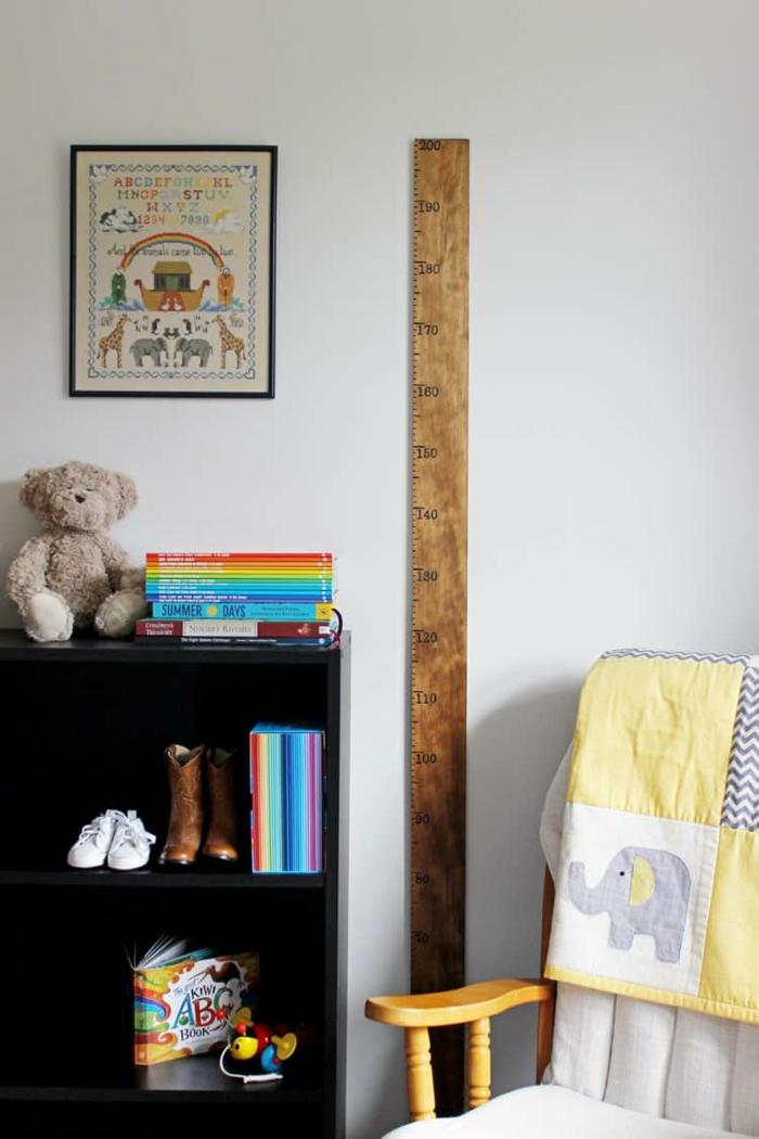 einrichtung kinderzimmer weißer stuhl schwarzes regal mit büchern messlatte kinder basteln idee diy schritt für schritt deko