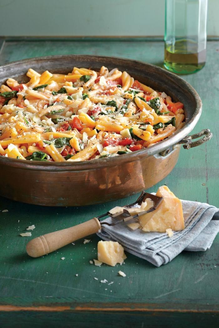 eintopfnudeln mit tomaten basilikum sauce dutch oven rezepte grüner tisch parmesan käse blaues tuch