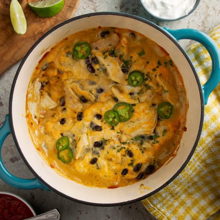enchiladas rezepte dutch oven gelbes tuch mit weißen rechtecken blauer topf geschnittene jalapenos