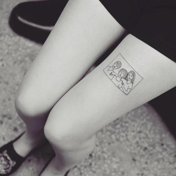 familienporträt tätowierung am schenkel mama papa tattoo schwarz weißes foto