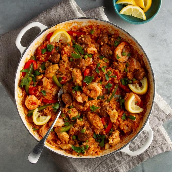 fleisch gerichte mit reis paella rezept einfach mit gemüse großes löffel weißer topf koche ideen 2021