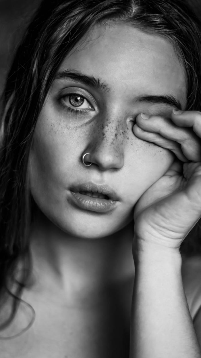 fotoshooting artistisches schwarz weißes foto gesicht mit sommersprossen ring nasenpiercing ideen