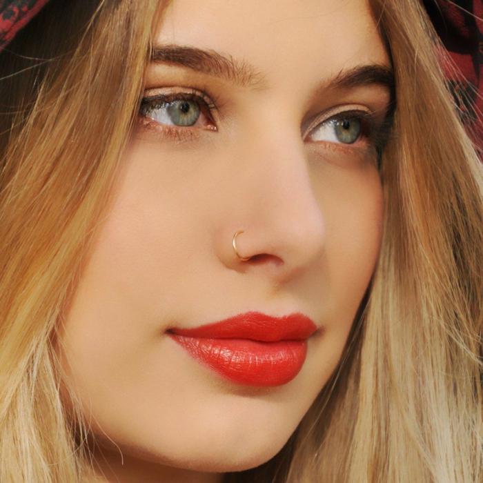 frau mit rotem lippenstift lange blode haare dezentes make up ring nasenpiercing inspo grüne augen dezentes make up