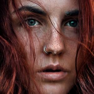 frau mit roten haaren lockig sommersprossen grüne augen nasenpiercing ring silber inspiration artistisches foto