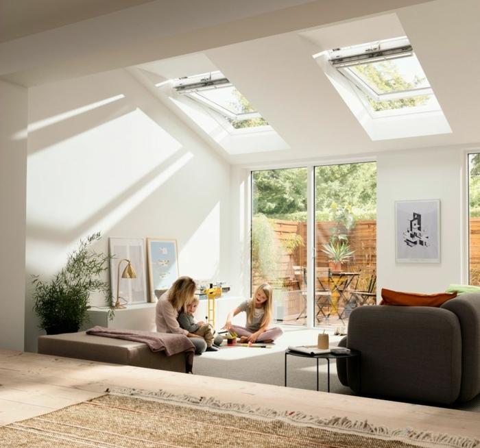 frau mit zwei kindern velux austauschfenster modernes wohnzimmer minimalistisch scandi style inspiration ideen inneneinrichtung deko pflanze