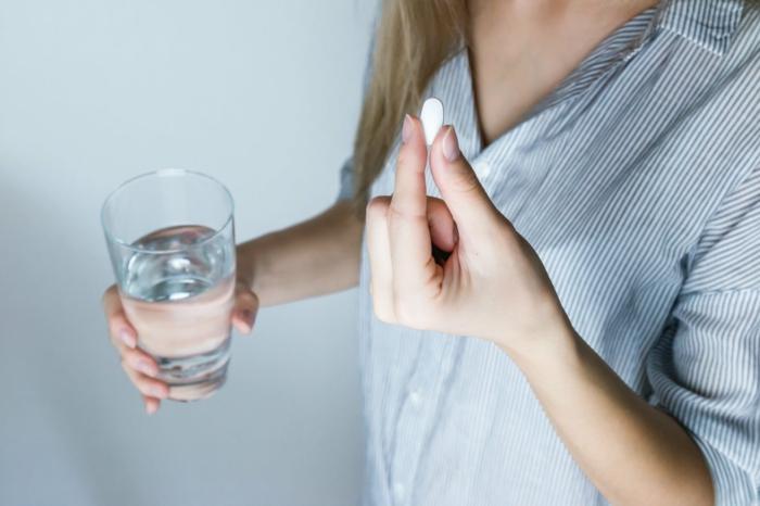 frau nimmt medikamente smart drugs informationen gesundheitliche vorteile