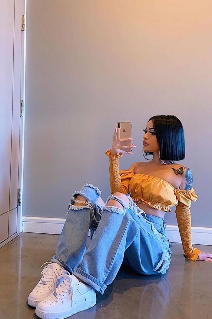 gelbe ärmellose bluse crop top baddie outfits with ripped jeans bob frisur ideen schwarze haare selfie im spiegel