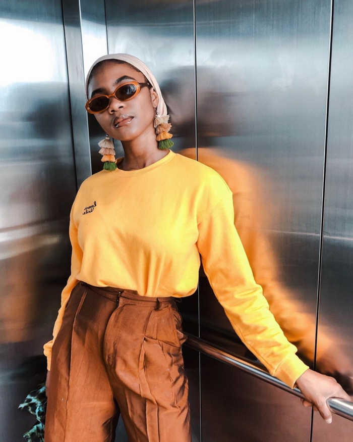gelber sweatshirt braune hosen mit hohem bund stylishes outfit inspiration instagram baddie style inspi