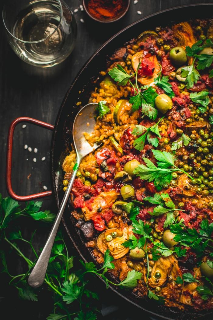 gemüse paella spanische reisespeise leckere rezepte großer löffel glas mit wasser kochen ideen inspo