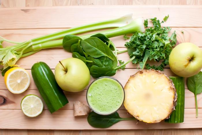 zutaten für einen smoothe mit kohlrabi und apfel zitronensaft und frischen gurken, gerichten mit kohlrabi