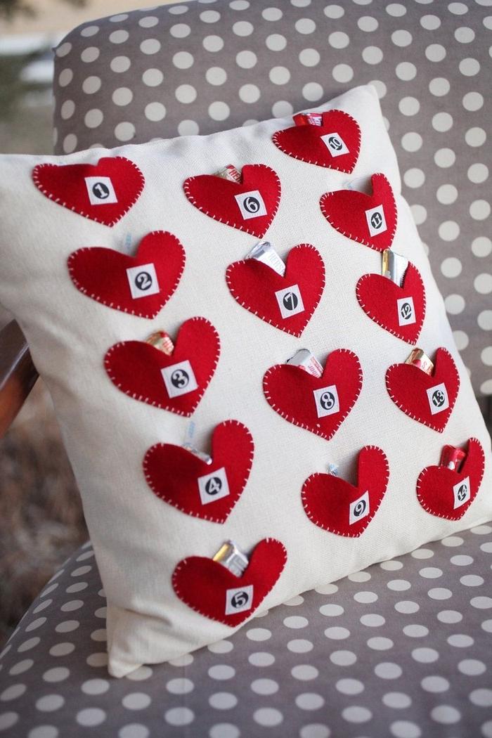 geschenke für jahrestag beziehung selbstgemacht valentinsgeschenke liebesgeschenke kisse mit herzen taschen und notizen valentinsgeschenk für ihn