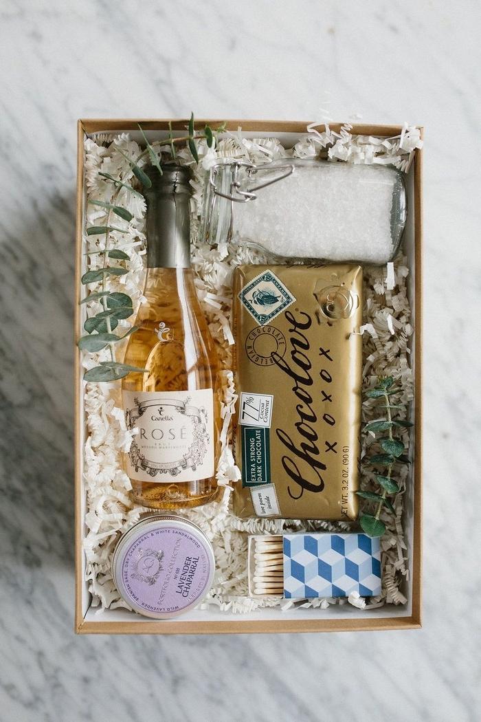 geschenke für valentinstag diy geschenke freund valentinstag geschenke für männer selber machen valentinsgeschenk für ihn schachtel mit kleine geschenken weißwein süßigkeiten kosmetik