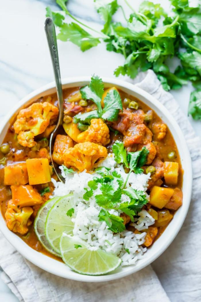 geschnittene zitronenscheiben ein teller mit gericht mit blumenkohl ein blumenkohl curry