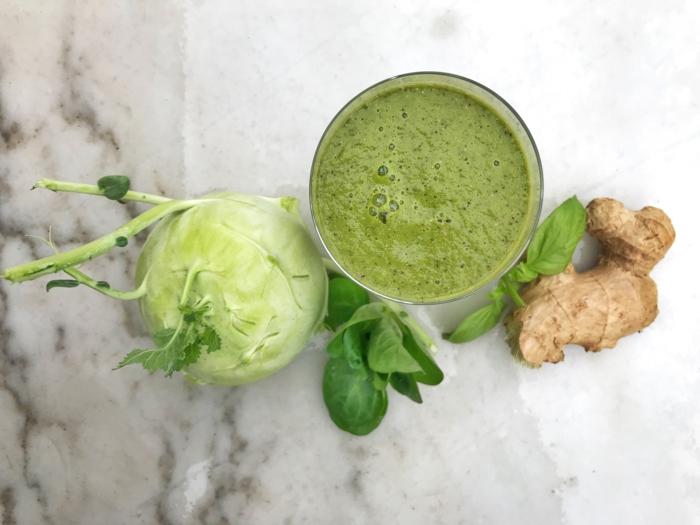 glas mit einem grünen getränk rezept für smoothie mit kohlrabi und ingwer