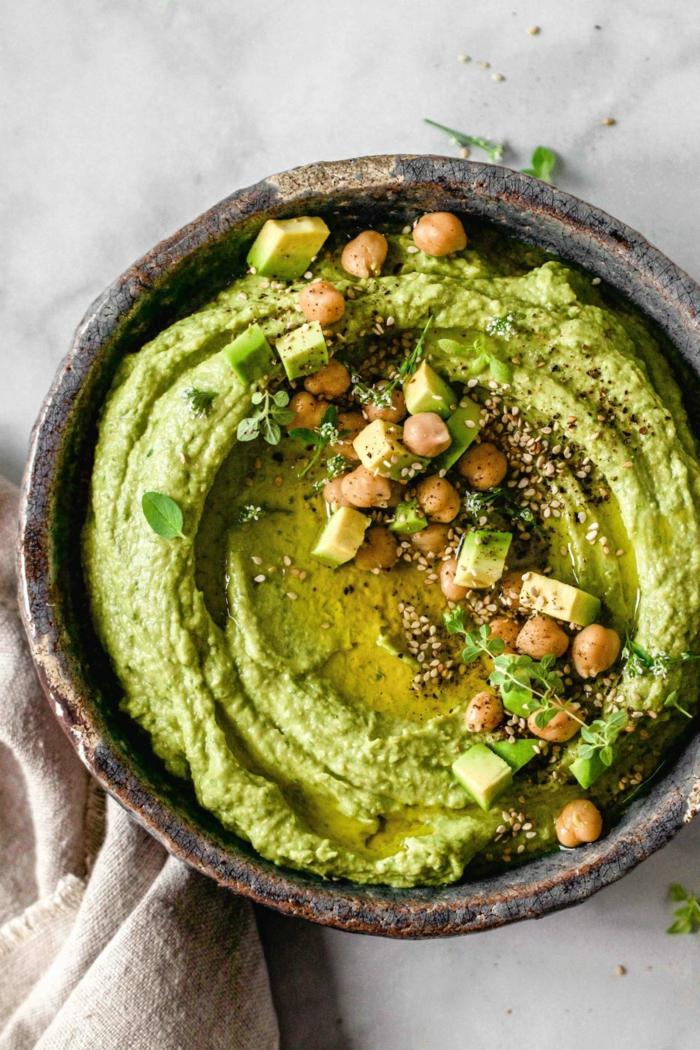 grüner avocado und kihcererbsen eine schüssel mit hummus mit avocado