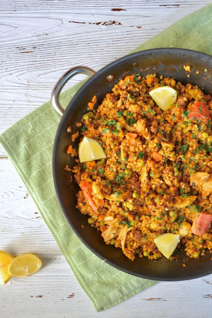 grünes küchentuch geschnittene zitronen mallorquinische paella rezept traditionelle spanische gerichte zum abendessen zubereiten