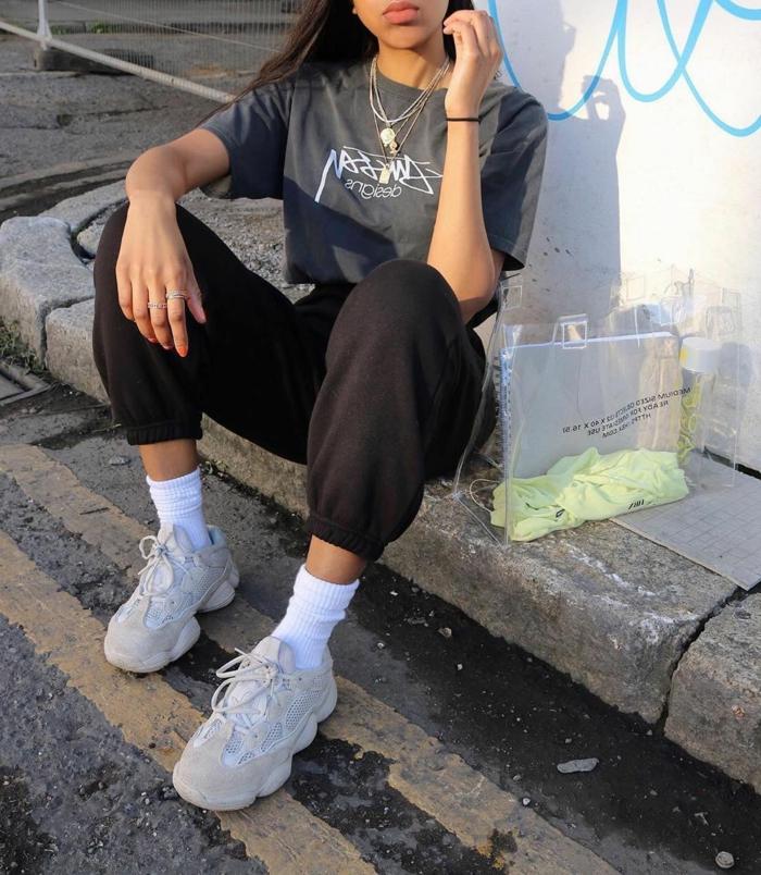 grau schwarzes outfit baddie aesthetic outfits weiße sneakers und socken coole halsketten street style fotografie inspiration