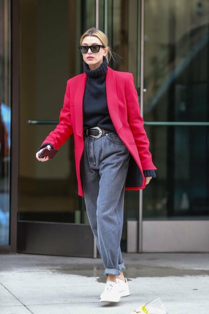 hailey bieber baddie style ideen langer roter blazer graue hose mit hohem bund weiße sneakers accessoires schwarze sonnenbrillen schwarzer rollkragenpullover